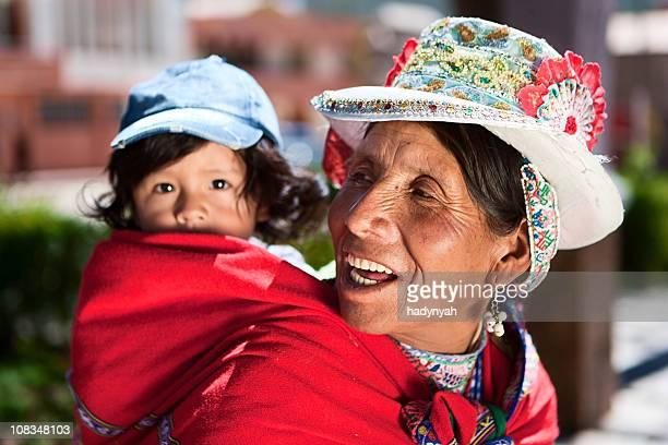 national péruvien femme en vêtements porter son bébé, Chivay