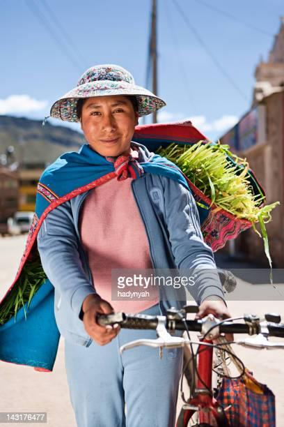 mujer en ropa nacional peruano, chivay, perú - cultura peruana fotografías e imágenes de stock