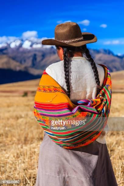 peruanische frau in-kleidung-field, dem sacred valley - peru stock-fotos und bilder