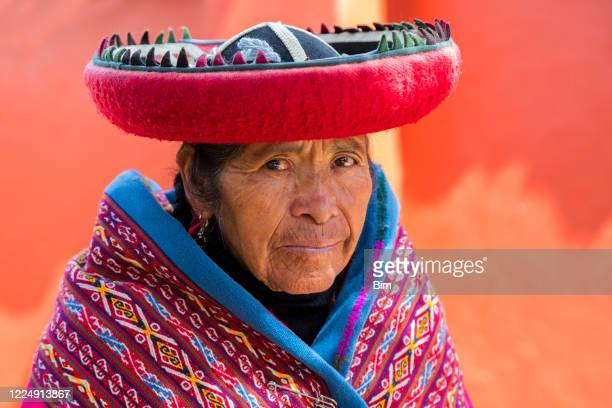 peruvian woman in national clothing, cusco, peru - quechua people stock pictures, royalty-free photos & images