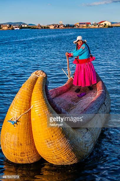 Peruanische Frau Segeln zwischen Uros-Inseln, Lake Tititcaca