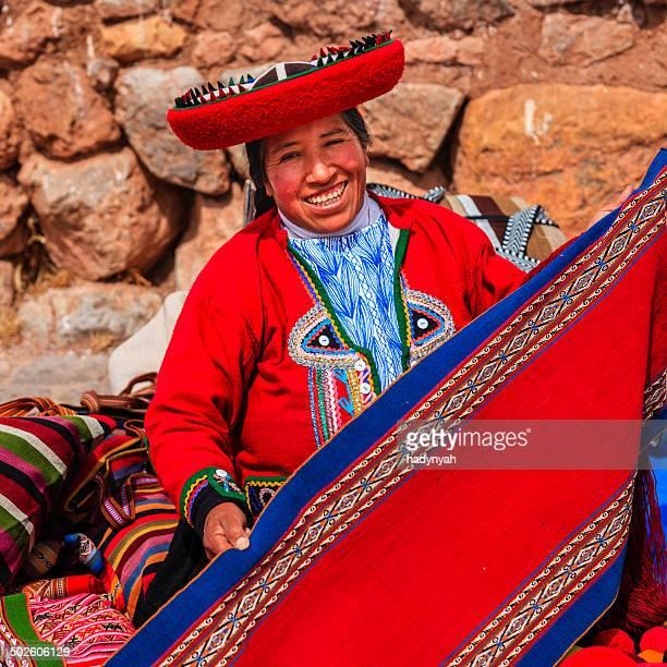 Peruvian femme qui vendent des souvenirs de Ruines Inca, la Vallée sacrée au Pérou