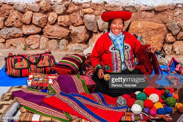 peruvian woman spinning wool by hand - cultura peruana fotografías e imágenes de stock