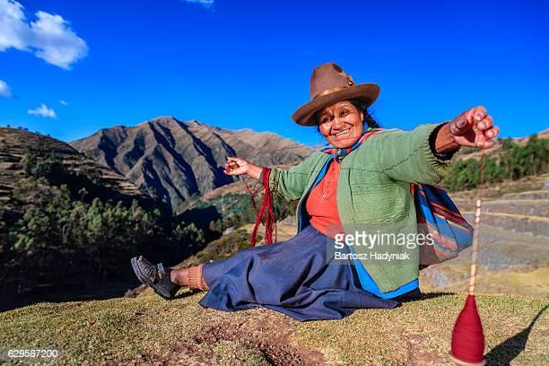 Peruvian femme tournoyer en laine à la main, la Vallée sacrée des Incas, au Pérou