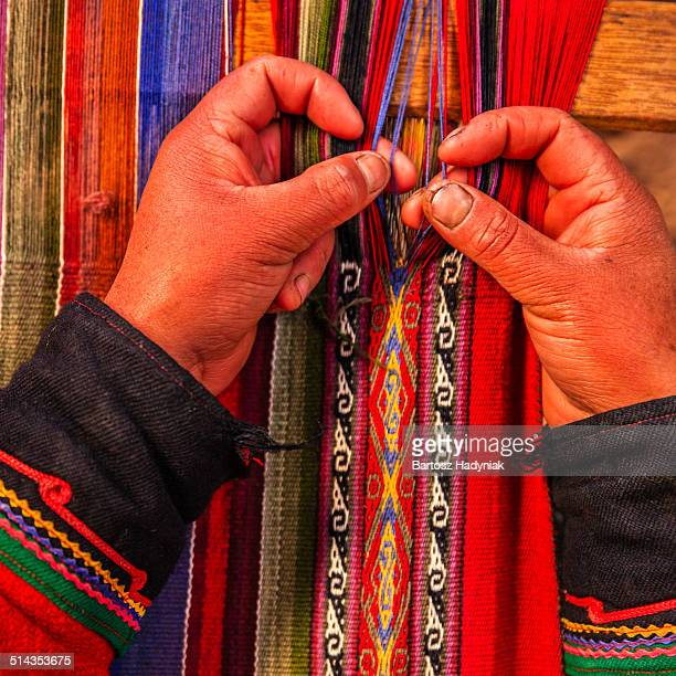 peruvian woman weaving in sacred valley - südamerika stock-fotos und bilder