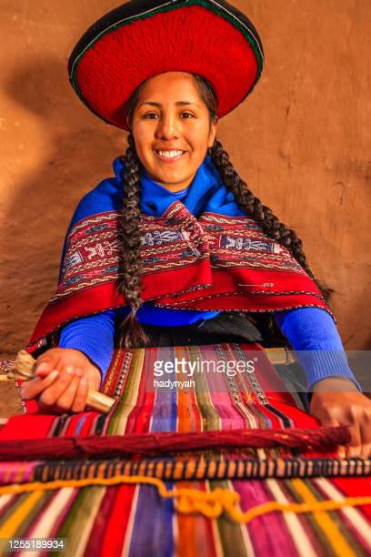 peruvian woman weaving, the sacred valley, chinchero - altiplano stock pictures, royalty-free photos & images