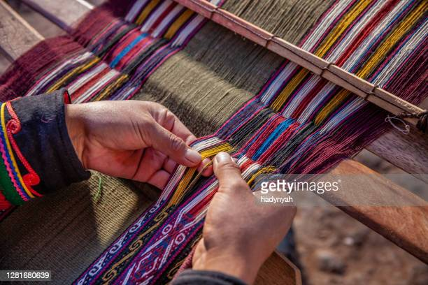 peruvian woman weaving, the sacred valley, chinchero - art and craft product stock pictures, royalty-free photos & images