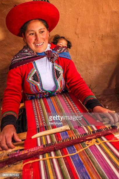 peruano mujer weaving, el sagrado valley, fotografía - cultura peruana fotografías e imágenes de stock