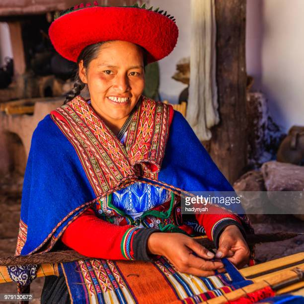 peruanische frau weben, das heilige tal, chinchero - bezirk cuzco stock-fotos und bilder