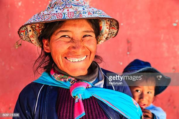 Mulher Peruana, com seu bebê na parte de trás, junto de Arequipa