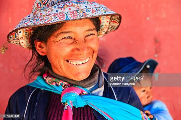 Peruano mujer con su bebé en la parte posterior, cerca de la ciudad de Arequipa