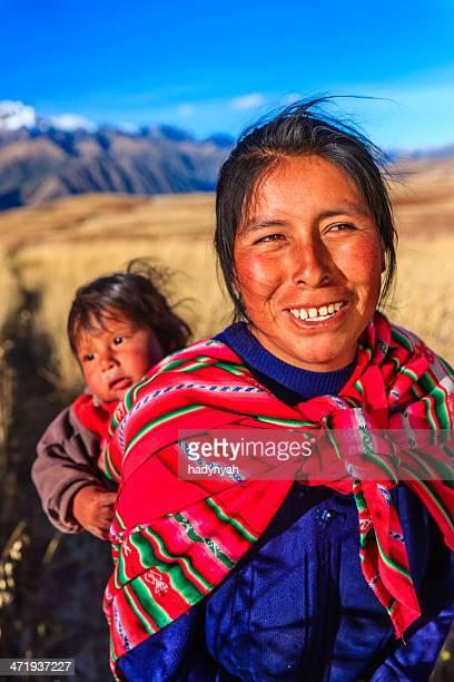 Peruanische Frau mit Ihrem baby auf dem Rücken in der Nähe liegende Cuzco