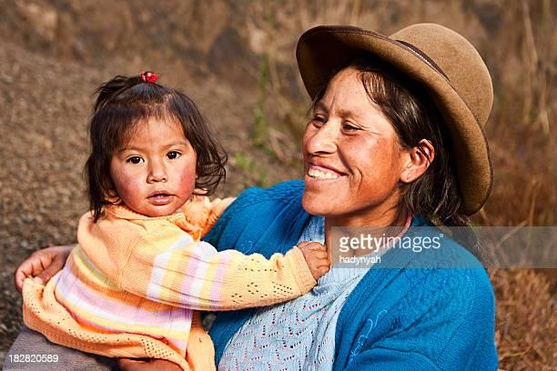 peruanische frau mit ihrem baby, pisac, das heilige tal - bezirk cuzco stock-fotos und bilder