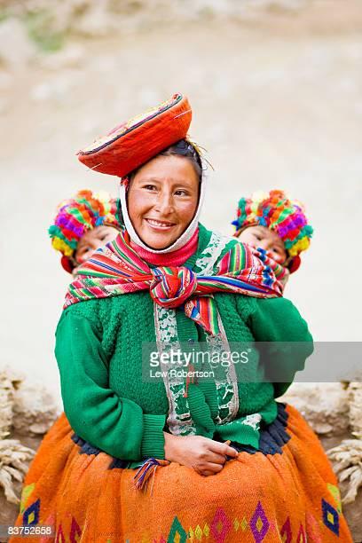 peruvian woman with her twin babies - cultura peruana fotografías e imágenes de stock