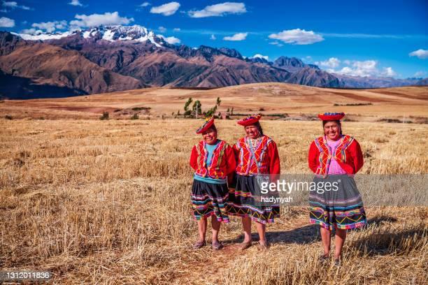 国服横断フィールド、聖なる谷のペルーの女性 - quechua people ストックフォトと画像