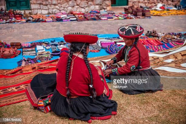 ペルーのインカ遺跡、聖なる谷で土産物を販売するペルーの女性 - quechua people ストックフォトと画像