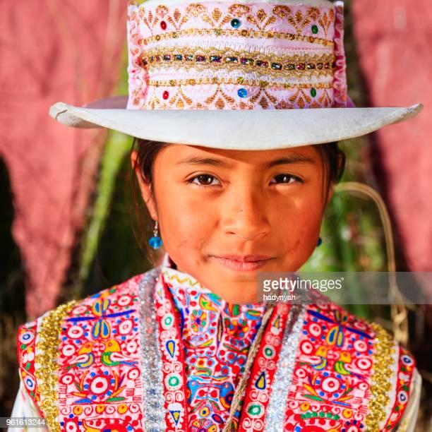 peruano chica joven en ropa nacional, chivay, perú - cultura peruana fotografías e imágenes de stock