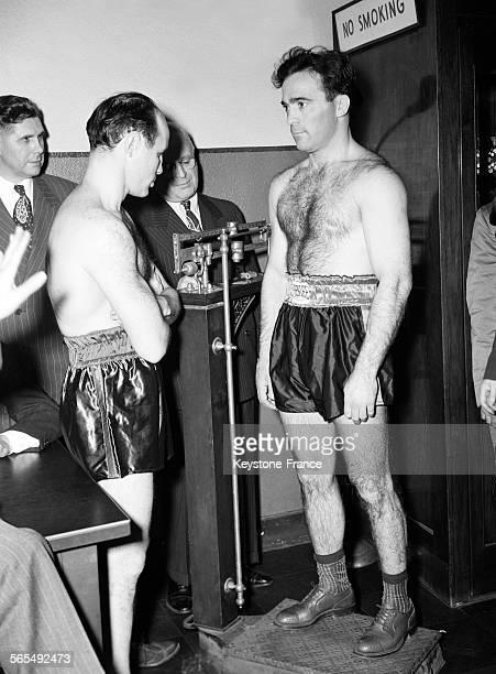 Pesée de Marcel Cerdan puis de Georgie Abrams avant leur combat à New York EtatsUnis le 9 décembre 1946