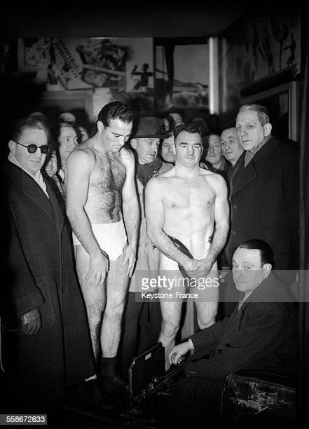 Pesée pour les deux adversaires avant le match Cerdan sur la balance et Tenet qui vérifie le poids en France en janvier 1946
