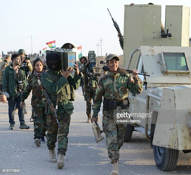 Peshmerga forces move forward as they attack Daesh targets to rescue Naveran village and villages around Mosul during the operation to retake Iraq's...
