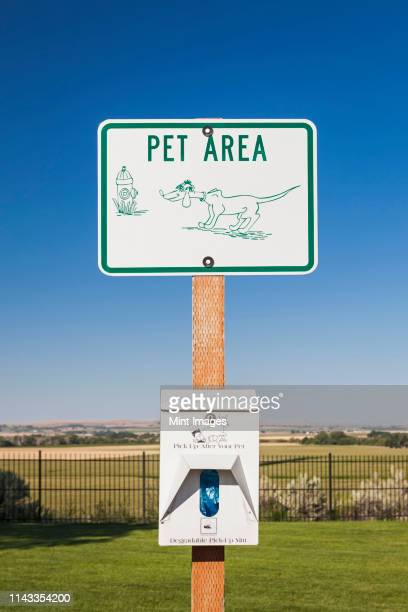 pet area sign in dog park - off leash dog park stock pictures, royalty-free photos & images