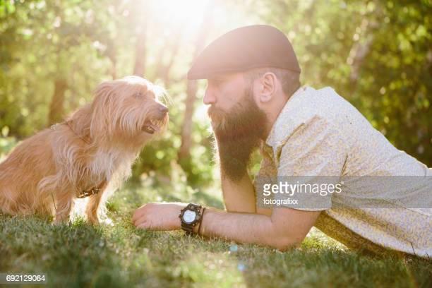 pet owner: bearded man with his small mixed-breed dog - homens de idade mediana imagens e fotografias de stock