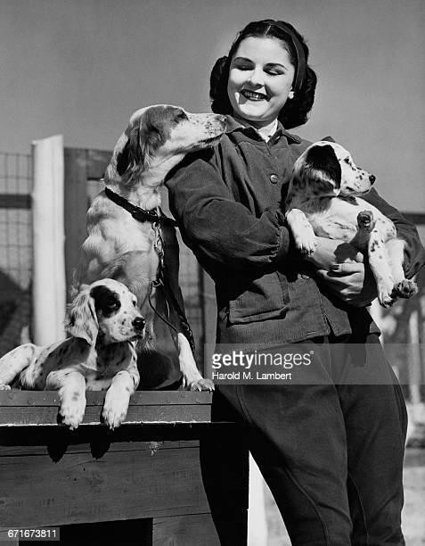 pet owner standing near doghouse with dogs - mamífero con garras fotografías e imágenes de stock