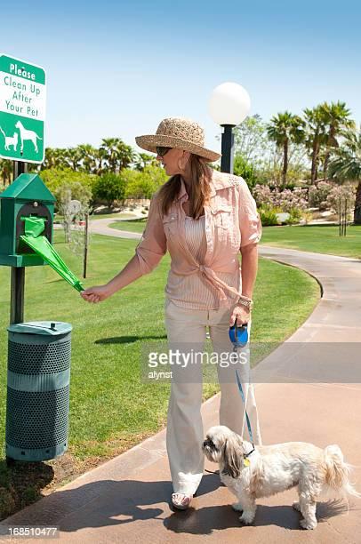 ペットの飼い主のうんこバッグを使用