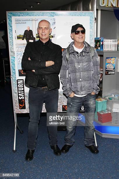 Pet Shop Boys das britische ElectropopDuo bestehend aus Neil Tennant und Chris Lowe bei einer Autogrammstunde im SaturnMarkt in Hamburg