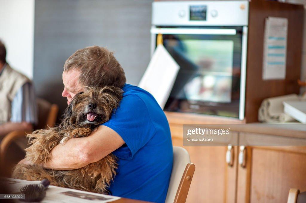 Terapia para mascotas en centro de atención de día de personas mayores : Foto de stock