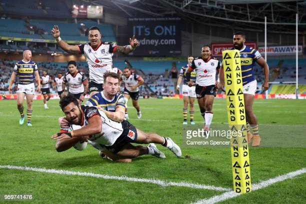 Peta Hiku of the Warriors scores a try during the round 11 Parramatta Eels and the New Zealand Warriors at ANZ Stadium on May 18 2018 in Sydney...