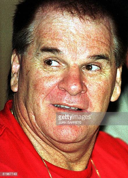 Pete Rose who played baseball for the Cincinnati Reds talks to a journalist in Caracas 05 August 2000 Pete Rose expelotero norteamericano del equipo...