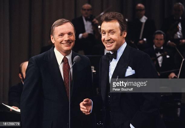 "Peter Alexander , Neil Armstrong , ZDF-Show ""Wir gratulieren"", Bremen, Deutschland, Europa, Anzug, Krawatte, Schlips, Bühne, Auftritt, Orchester,..."