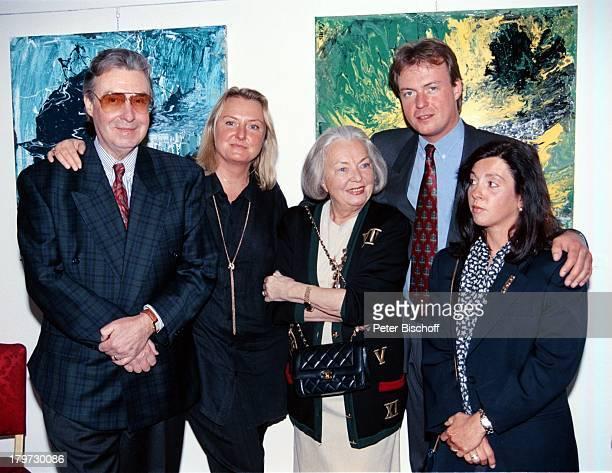 Peter Alexander Tochter Susanne Ehefrau Hilde Sohn Michael Neumayer mit Ehefrau Vernissage von Susanne Familie privat Kind Kinder Krawatte Kette...