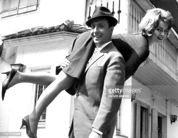 Peter Alexander trägt Conny Froboess in der deutschösterreichischen Filmkomödie Hilfe Meine Braut klaut auf den Schultern Der österreichische Sänger...