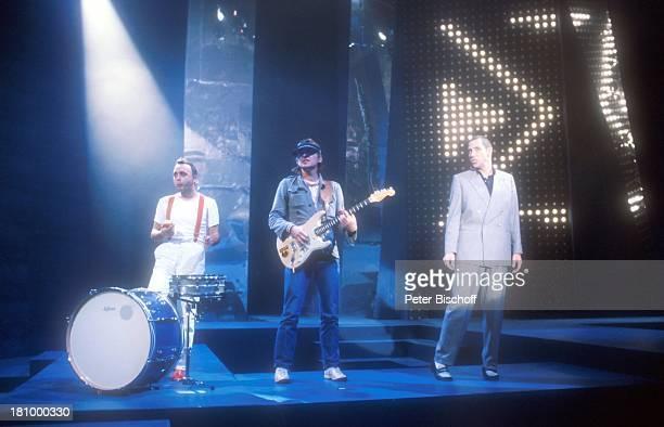 """Peter Behrens, Gerd Krawinkel, Stephan Remmler: , Show: """"Goldene Europa 1989"""", , Musiker, Auftritt, Bühne, Kulisse, NDW, Sänger, Mikrophon, Gitarre,..."""