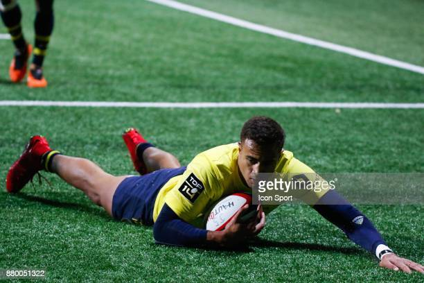 Peter Betham of Clermont scores his try during the Top 14 match between Oyonnax and Clermont Auvergne on November 25 2017 in Oyonnax France