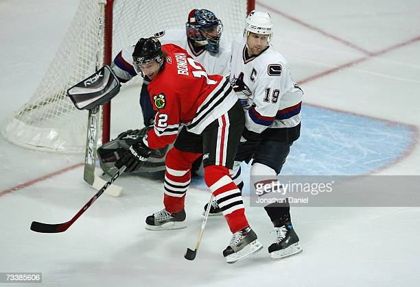 Peter Bondra of the Chicago Blackhawks vies for slot position against Markus Naslund of the Vancouver Canucks during their NHL game on February 16...