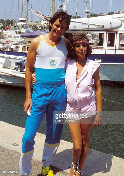 Peter Buchholz Michaela May ARDSerie 'Schoene Ferien' Folge 2 'Mallorca' Spanien Hafen Boot Pier Stirnband JoggingOutfit Umarmung Schauspielerin...