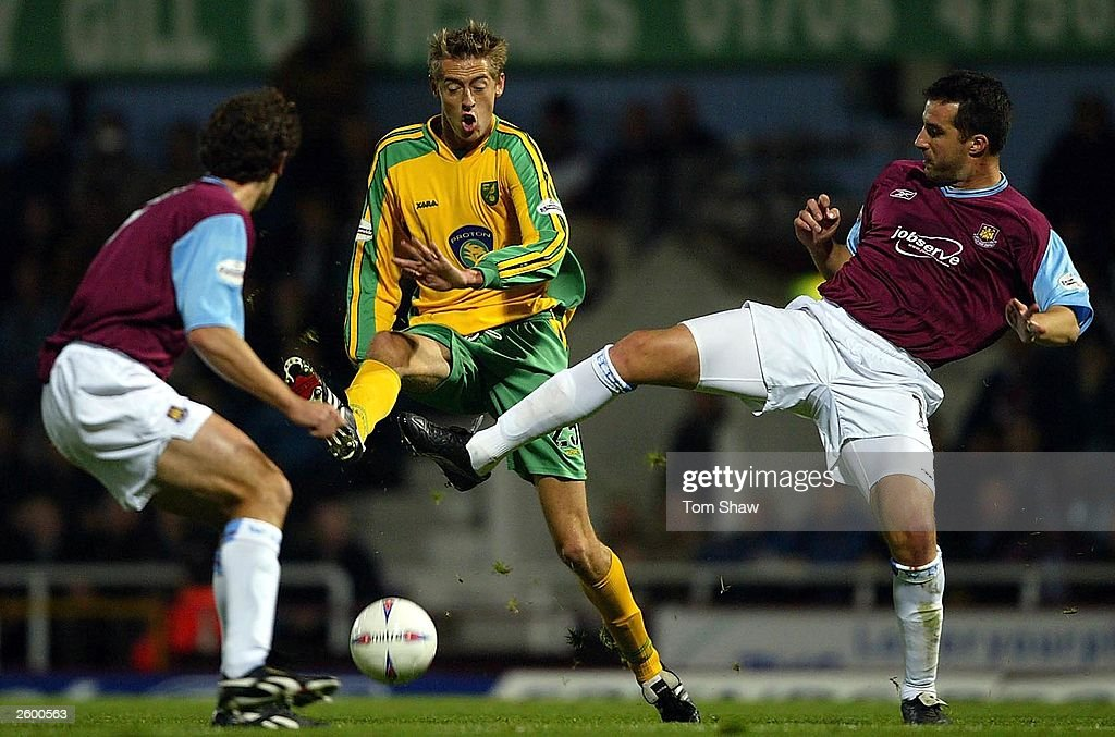 Peter Crouch battles with Ian Pearce : News Photo