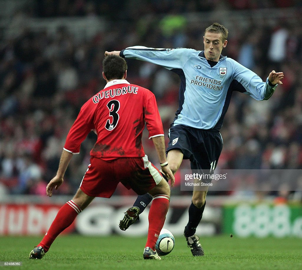 Peter Crouch of Southampton in control as Franck Queudrue of Middlesbrough closes in during the Barclays Premiership match between Middlesbrough and Southampton at the Riverside Stadium on March 20, 2005 in Middlesbrough, England