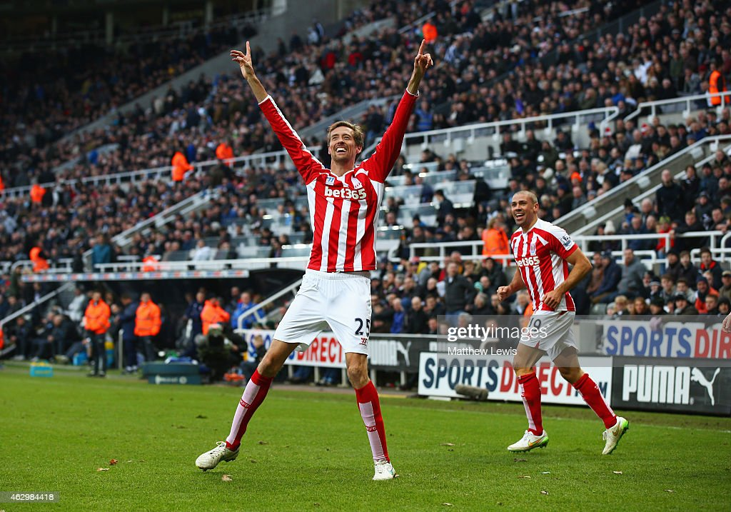 Peter Crouch of Stoke City celebrates with Jonathan Walters (R) as he scores their first and equalising goal during the Barclays Premier League match between Newcastle United and Stoke City at St James' Park on February 8, 2015 in Newcastle upon Tyne, England.