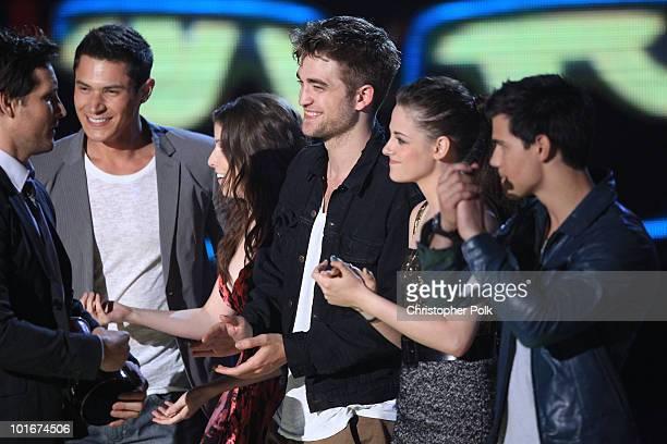 Peter Facinelli Anna Kendrick Robert Pattinson Kristen Stewart and Taylor Lautner from Twilight Saga New Moon accept the Best Movie award onstage at...