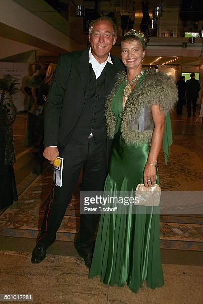 """Peter Fischer , Ehefrau, Gala """"24. Sportpresseball"""", Motto: """"Titel, Tanz und Tore"""", """"Alte Oper"""", Frankfurt, Deutschland, , P.-Nr. 1443/2005,..."""