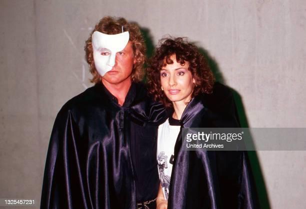 """Peter Hofmann und Anna Maria Kaufmann in """"Phantom der Oper"""", Aufführung in Hamburg, Deutschland 1990. (."""