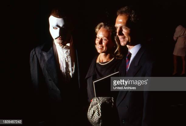 """Peter Hofmann und Franz Beckenbauer mit Ehefrau in """"Phantom der Oper"""", Aufführung in Hamburg, Deutschland 1990. (."""