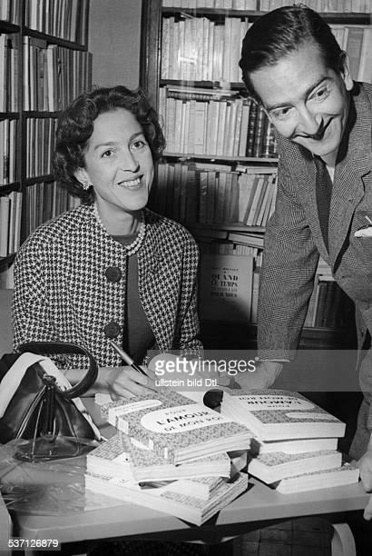 Peter II von Jugoslawien Koenig von Jugoslawien 19341945 mit seiner Ehefrau der frueheren Prinzessin Alexandra von Griechenland waehrend einer...