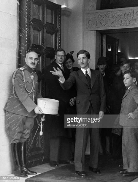 Peter II von Jugoslawien Koenig von Jugoslawien 19341945 streut am 'Tag des Weihnachtsbaumes' Getreidekoerner als Segenszeichen auf die Schwelle des...
