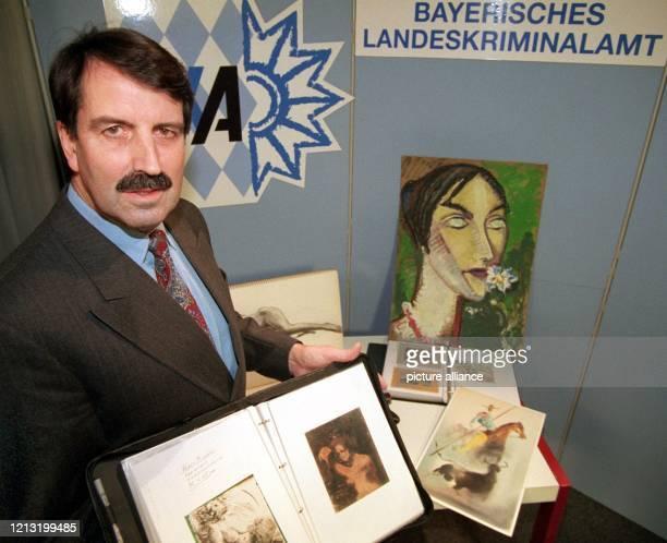 Peter Kitschler, Erster Kriminalhauptkommissar beim Bayerischen Landeskriminalamt, zeigt am im LKA München Fälschungen von Skizzen und Gemälden des...