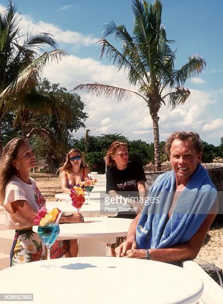 """Peter Kraus, Ehefrau Ingrid Kraus, Sohn Alexander Kraus, Tochter Gabriele Kraus, Urlaub am im """"Maritim-Hotel"""" auf Insel Mauritius. """
